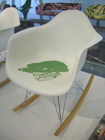 安藤忠雄さん制作のペインティングチェア。裏面には自身のサインも描かれている