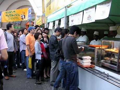 昨年の様子。スリランカの食べ物を目当てに来場者が行列を作る。ステージではダンスや音楽イベントも