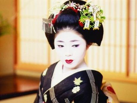 イメージ写真。会場の舞妓とは記念撮影も。舞妓が振る舞うお茶と京菓子は500円で楽しむことができる