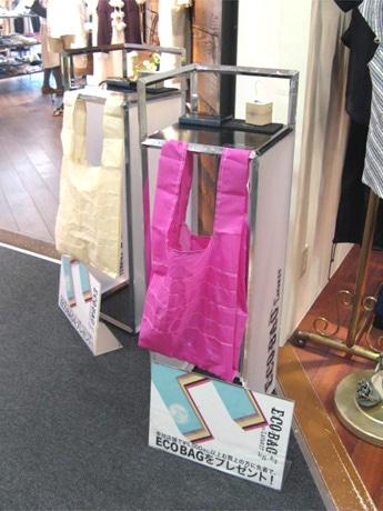 館内各所に設置されたスタンプ台。エコバッグを手に入れた客は好きなスタンプでカスタムできる