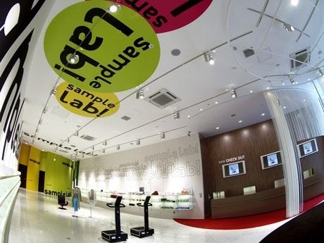 「サンプル・ラボ」店内イメージ。壁面にもロゴを配すなど店内は都会的でポップな印象