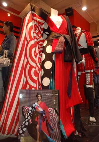 原宿「義志 東京本店」に展示されたミス・ユニバース森さん着用の衣装。大胆な赤と黒が目を引く
