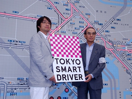新プロジェクトを発表した首都高・長谷川康司会長(右)と小山薫堂さん(左)-首都高東東京管理局・交通管制センターで