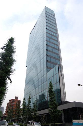 ミクシィ本社が入居する「住友不動産原宿ビル」(写真)。本社は8月中旬に渋谷マークシティから移転