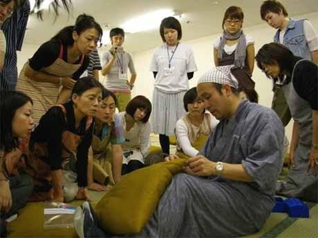 7月に行われた講座の様子。一級寝具製作技能士指導のもと「もめん綿」で座布団作りに挑戦した