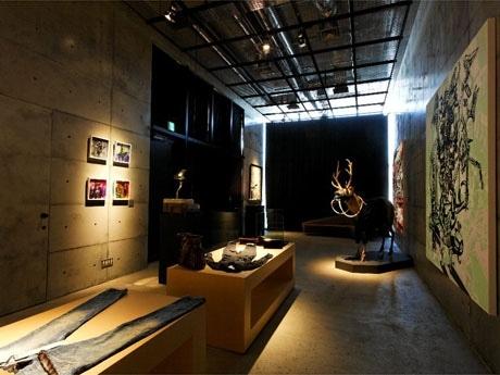 2階ギャラリーの様子。現在はグラフィックアーティスト佃弘樹さんの作品を展示中