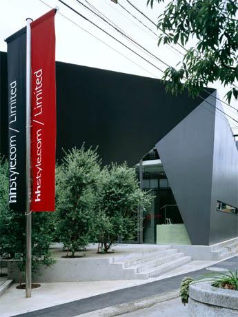 安藤忠雄さん設計による外観。店内は内部照明を一新した©Nacasa&Partners Inc