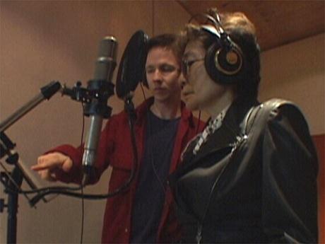 オノ・ヨーコさん(写真手前)のレコーディング風景(映画「ヴォイス・オブ・ヘドウィグ」より)