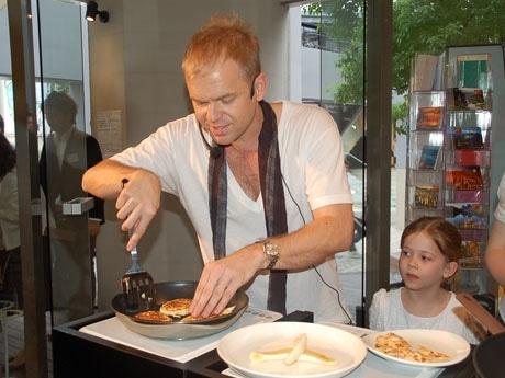 来日したビル・グレンジャーさん(写真中央)。愛娘(右)も見守る中、人気メニューのパンケーキを自ら調理した
