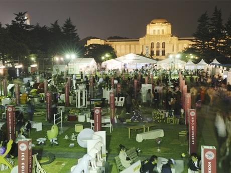 「東京デザイナーズウィーク2006」の会場風景(写真=屋外で行われた学生作品展の様子)©Nacasa&Partner's