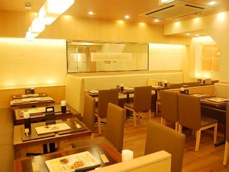 和紙などのナチュラルカラーで「オーガニック感」を出した店内。客席はすべてテーブル席となっている