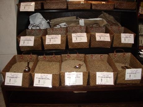 店内には常時約20種類の生豆が並ぶ(写真)。豆はその場で焙煎機にかけ提供する