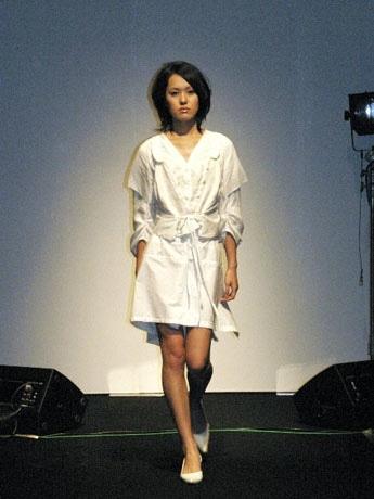 25日代官山BALLROOMで行われたファッションショーより。写真は「harukakimie」(撮影=ATMK)