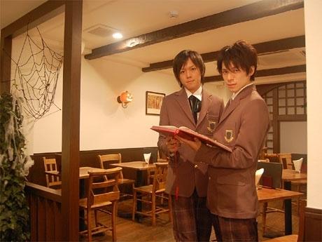 原宿にオープンした男子校カフェ「エーデルシュタイン」。店舗では制服の「男子生徒」が出迎える
