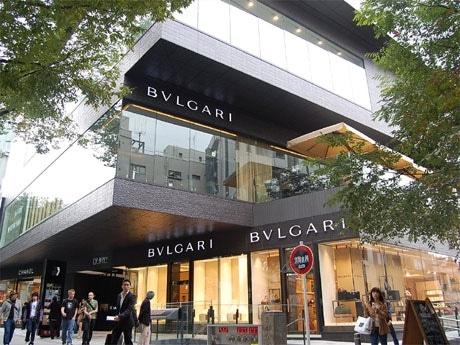 表参道に2日、開業した新商業施設「GYRE」外観。ブルガリ(写真手前)はカフェ併設の旗艦店を出店した