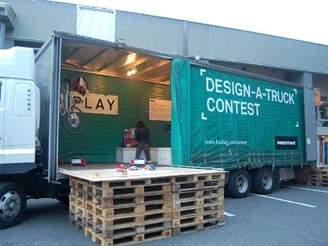 「デザインタイド」会場内に出現した輸送トラック(写真)。車内にはゲームコーナーなども設け、来場者を楽しませた