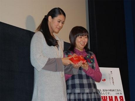 映画「雪の女王<新訳版>」の公開記念トークイベントに参加した手嶌葵(写真左)と谷山浩子さん(右)