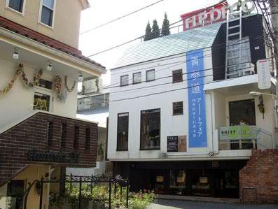 10月から11月にかけて開催したアートイベントの様子(写真は青参道の懸垂幕がかかった「H.P.DECO」前)
