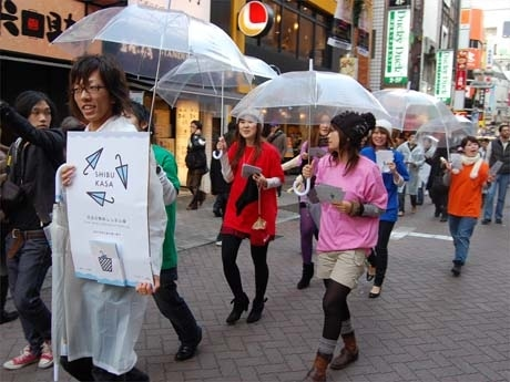 渋谷センター街を練り歩く「シブカサ」メンバーの学生グループ(写真)。レインボーカラーの衣装でプロジェクトをアピールした