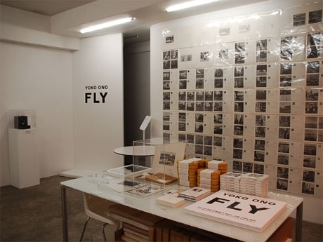 オノ・ヨーコさん個展「FLY」会場内の様子。ビデオ・インスタレーションは別室の暗室で行われている