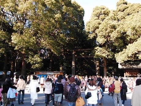 正月三が日が晴天に恵まれたこともあり、多くの人出でにぎわいを見せた明治神宮