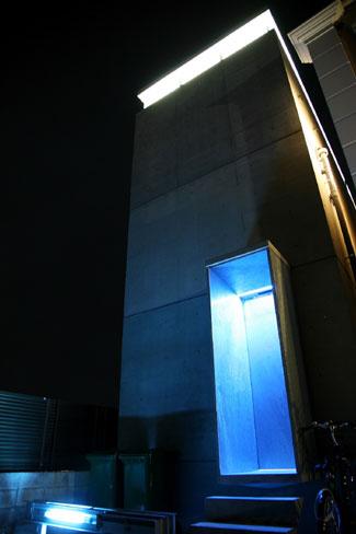 南青山に再オープンした「gallery ROCKET」外観。ギャラリーは地下1階で夜間のみの営業