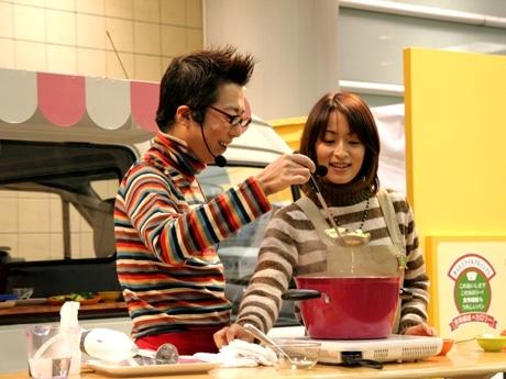 渋谷マークシティでのイベントでは、マロンさん(左)と水野裕子さん(右)が息を合わせ「きれいスープ」作りに挑戦した