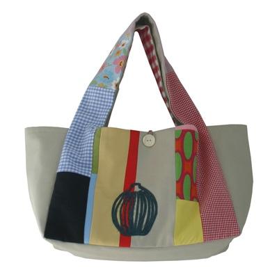 会場で販売するひびのこづえさん手作りの「コラージュのバッグ」(17,850円)