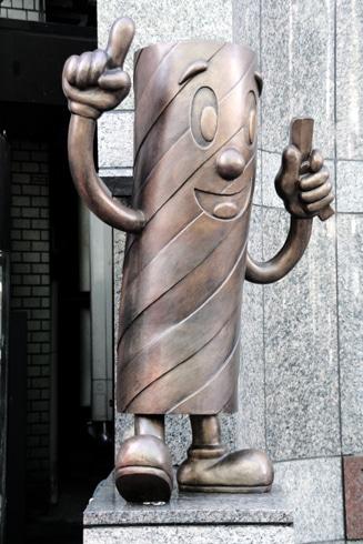全国理容連合会ビル前の一角に設置された「バーバーくん」銅像