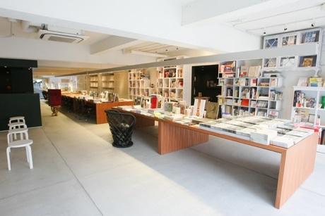 縦長の形状を生かした抜け感のある空間が特徴の店内。クラシカルな「書斎」風スペースも