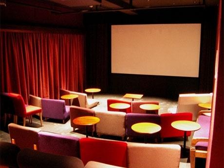 劇場内の様子。ソファとテーブルを配した席もあり、「カフェ」としてもくつろげる空間が親しまれた
