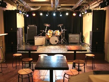 ステージにはドラムセットも用意し、バンド演奏などにも対応する
