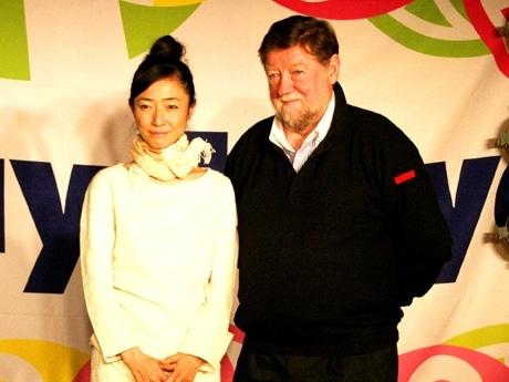 会見に参加した高樹沙耶さん(左)とC.W.ニコルさん(右)