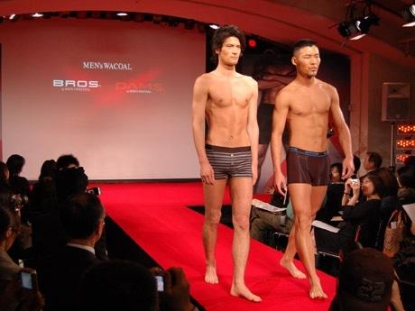 青山・スパイラルで行われた会見の様子。男性モデルによるミニランウェイショー(写真)も披露された