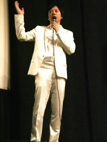 限定イベントに白いタキシード姿で登場した板尾創路さん