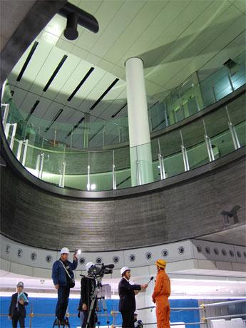 ホームからコンコースの3層をつなぐ新渋谷駅の「吹き抜け」空間。線路上の仮設スペースでは報道陣によるインタビューも