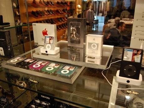 ガラス什器に並ぶiPodシリーズ。同じ什器内にはサングラスなども並び「アクセサリー」感覚でディスプレーされている