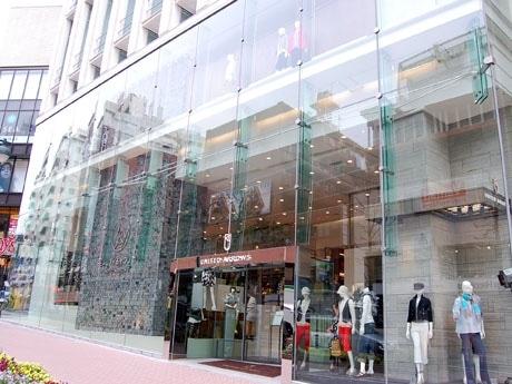 公園通りに出現した全面ガラス張りのUA新店舗。1・2階にはカジュアル軸、地下1階にはドレス軸の店舗が入る