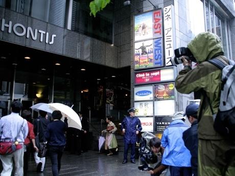 報道陣らが見守る渋谷シネ・アミューズ前の様子