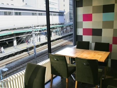 渋谷駅ホームが一望できる店内