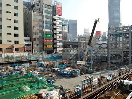 旧東急文化会館跡地で進む大規模再開発の様子。高層ビルの完成予定は2012年