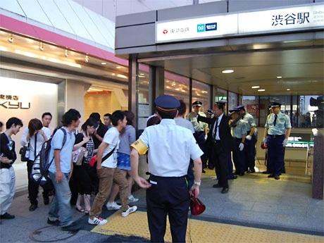 開門を前に早朝からできた行列が駅構内に誘導される様子。混雑から予定の20分前にシャッターが開けられた