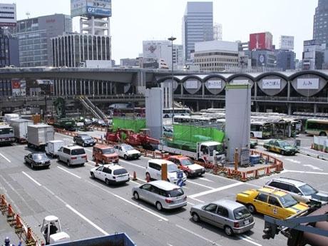 渋谷駅前、明治通りの様子。写真右奥は現在の東横線ホーム、直下には副都心線・渋谷駅。2012年に向けて駅周辺の再編が動き出す