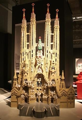 約2万5千ピースのレゴで再現された「サグラダファミリア」。レゴモデルビルダー」直江和由さんが設計図を描かずに制作した傑作  © PIECEofPEACE LEGO and the LEGO logo are trademarks of the LEGO Group. © 2008 The LEGO Group.