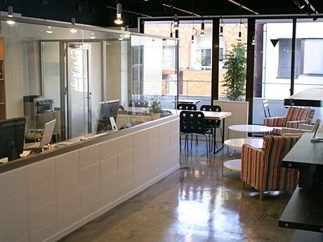 カフェスペースとオフィスが同居する「プラグイン・カフェ」店内