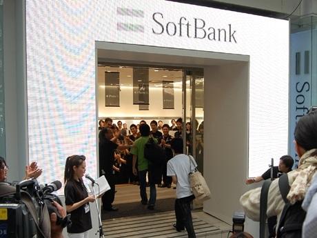 iPhone3Gを求め長蛇の列ができた「ソフトバンク表参道」が開店。先頭組がいち早く店内に足を踏み入れた