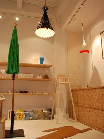 材木置き場をモダンに改装した店内(写真)にはユニークな発想でデザインされたアイテムがそろう