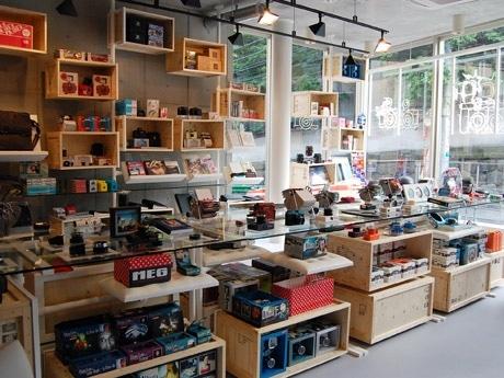 店内の様子。カメラを並べた「木箱」はロシア製のもの。専用バッグやTシャツなどの関連商品も充実させた