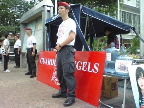 ハチ公広場に開設中のブースと渋谷支部長の笠野友章さん