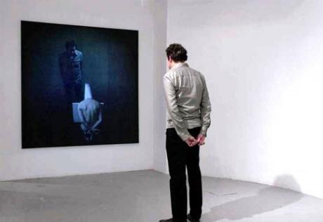 キャンパスの前に立つと自分の姿が作中に投影される作品「Yo Lo Vi(ゴヤ『異端審問』に倣って)」(ドミニク・レイマン、2006年) ©Dominik Lejman, courtesy of Luxe Gallery,NY